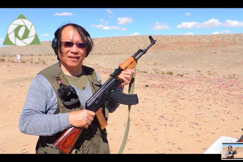該名男子將柯文哲上屆競選小物,一枚印著「柯文哲」的金牌帶到洛杉磯沙漠靶場,以AK47、M16、G3等步槍射擊該枚金牌。(取自Youtube)