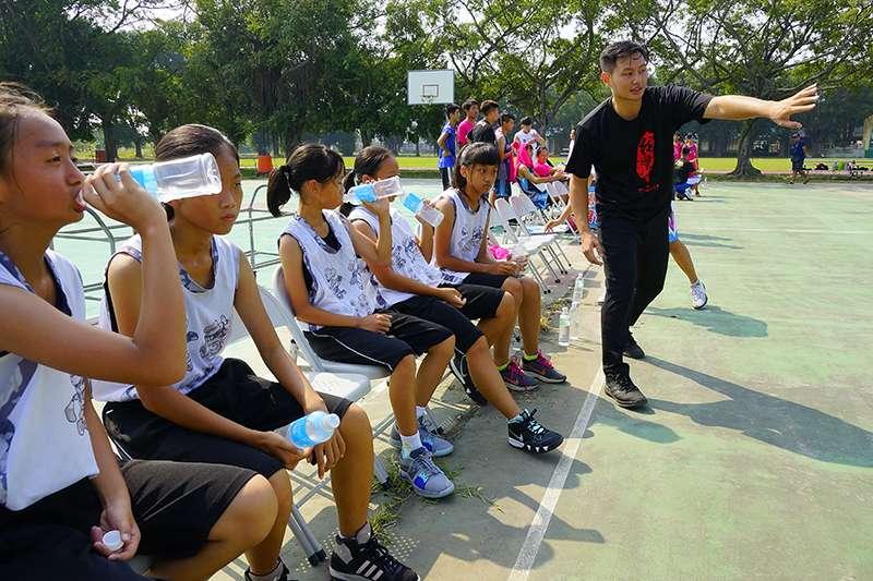 陳璽翔教練透過地方教會,試圖幫助這些孩子們至少可以三餐有溫飽,然後享受籃球帶給他們的快樂。(圖由NK VOLVES提供)