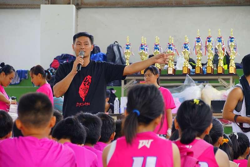 陳璽翔教練創立夢想雲林,目標是希望能夠幫助偏鄉學子,給他們勇於面對人生困境的態度。(圖由 NK WOLVES 提供)