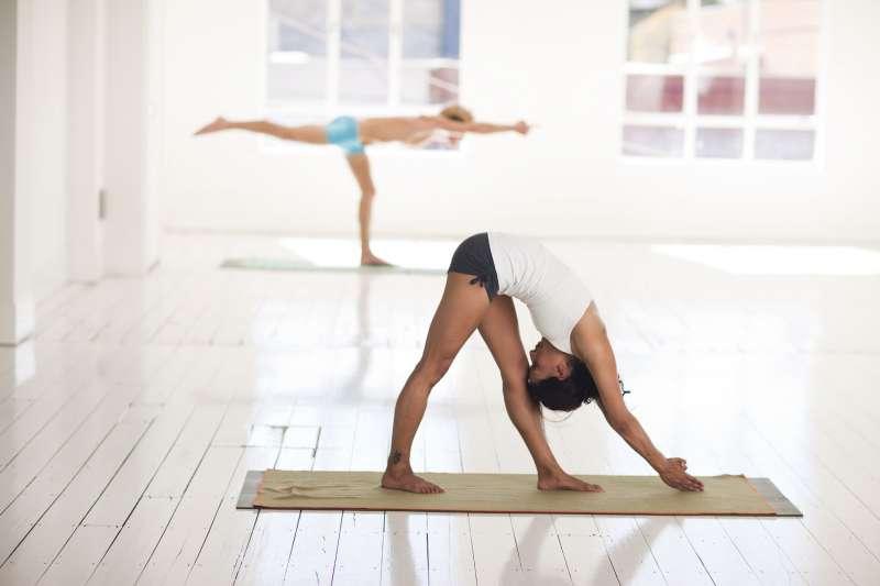 沒事就多做前彎運動吧!讓自己擁有「柔軟度」,竟能同時減脂、甩腰痛,並且做到前彎彎得越下去時,身體將出現15個令人意想不到的健康好處!(圖/AndiP @pixabay)