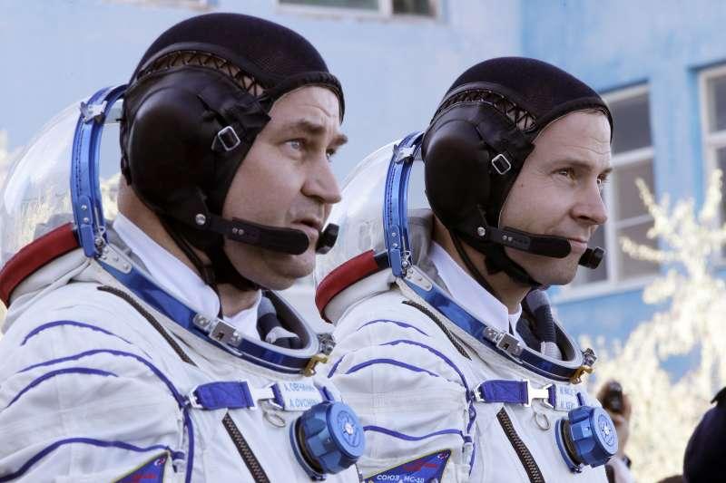 2018年10月11日,兩名太空人搭乘「聯合號」太空船飛往國際太空站,右為美國太空人海格(Nick Hague),左為俄羅斯太空人歐夫契寧(Alexey Ovchinin)(AP)