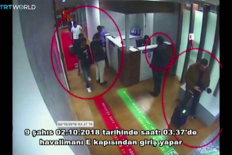 2018年10月2日,被控謀殺沙烏地阿拉伯記者哈紹吉的沙國人員入境土耳其。(AP)