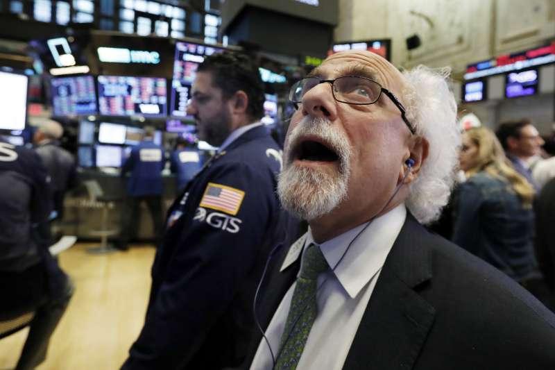 2018年10月10日,美國股市暴跌,4大指數跌幅均超過3%,紐約證券交易所交易員看傻眼。(AP)