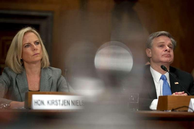 美國國土安全部部長尼爾森(左)與美國聯邦調查局局長克里斯托弗・瑞伊。(美聯社)