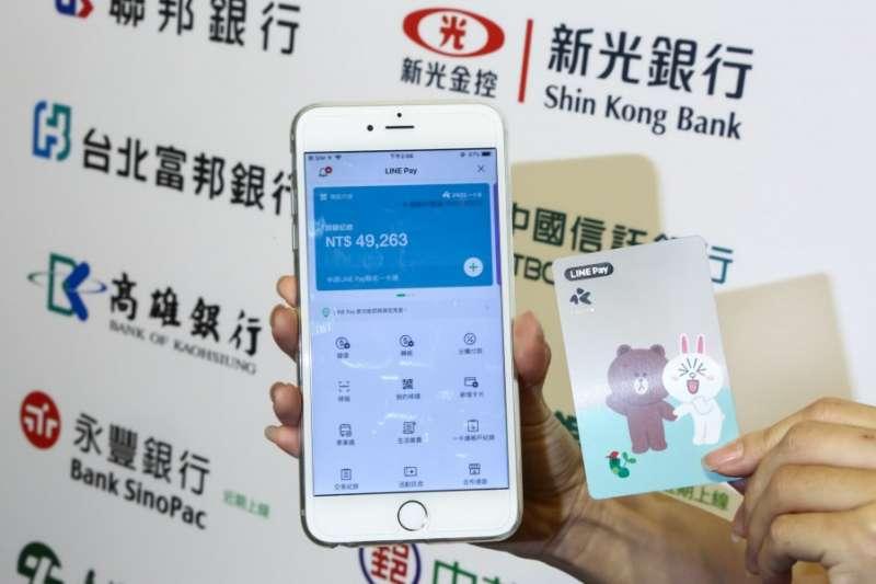 LINE Pay 一卡通首月成績出爐,用戶數達56萬人,一舉成為台灣用戶數第三大的電子支付機構,同時轉帳金額也突破了5億元。不過亮眼成績背後,似乎也存在一些隱憂。(圖/蔡仁譯 攝影,數位時代提供)