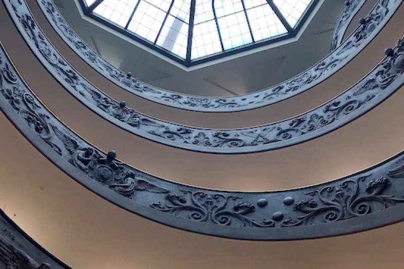 梵蒂岡雙向螺旋梯與鏤空鐵花窗(曾廣儀攝)