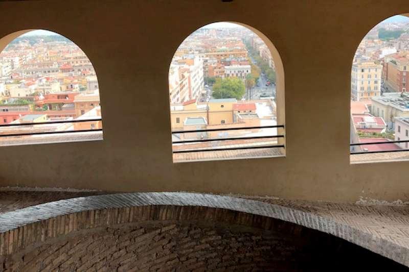 從布拉曼德螺旋梯觀望羅馬城景(曾廣儀攝)