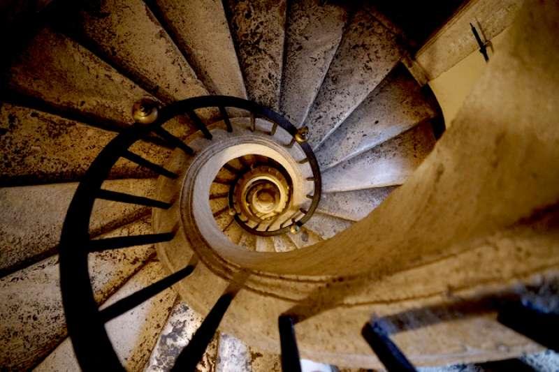 從上下望聖母瑪利亞大教堂的螺旋樓梯(曾廣儀攝)