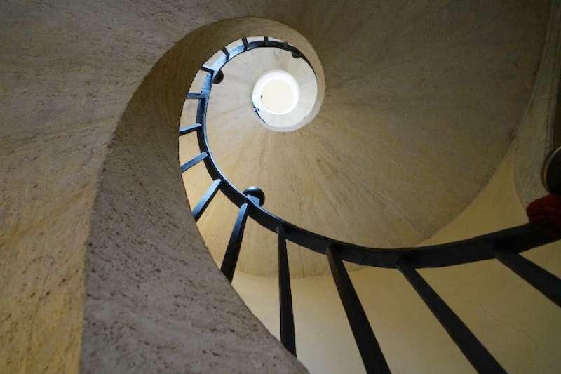 沿牆而上的聖母瑪利亞大教堂螺旋樓梯(曾廣儀攝)