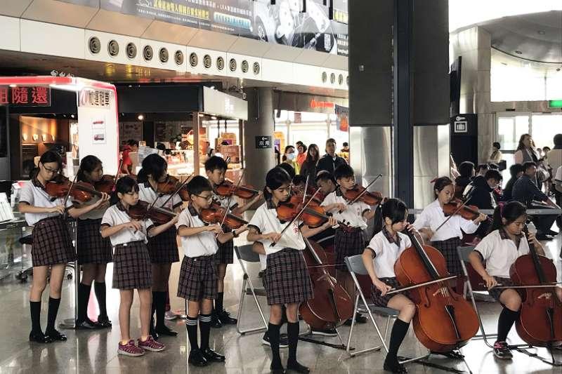 圖為六家國小弦樂團悠揚的樂音,讓高鐵站往返旅客駐足忘返。(圖/高鐵新竹站提供)