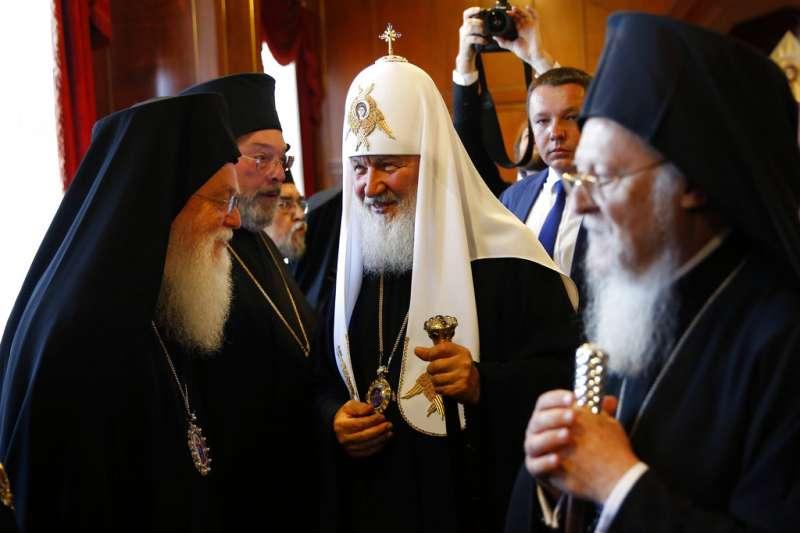 2018年10月11日,君士坦丁堡普世牧首區考慮賦予烏克蘭東正教會自主地位。圖為今年8月31日,俄羅斯正教會牧首基里爾(Patriarch Kirill,中)與君士坦丁堡普世牧首巴爾多祿茂一世(Bartholomew I,右)會面。(AP)