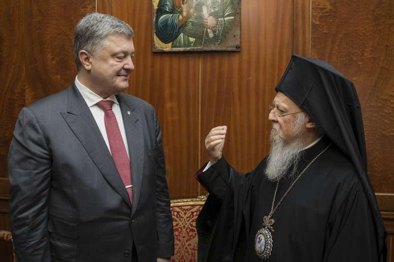 東正教君士坦丁堡普世牧首(Ecumenical Patriarch)巴爾多祿茂一世(Bartholomew I,右)今年4月與烏克蘭總統波洛申科(Petro Poroshenko,左)會面。(AP)
