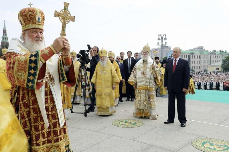 俄羅斯正教會牧首基里爾(Patriarch Kirill,左)與俄羅斯總統普京(右)同台。(AP)