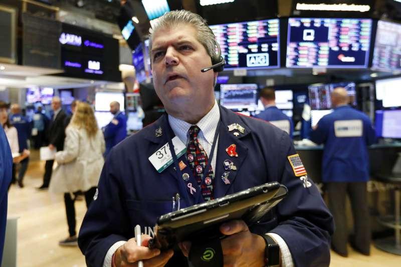 美國股市11日連續第二天暴跌,讓交易員皺著眉頭看盤。(美聯社)