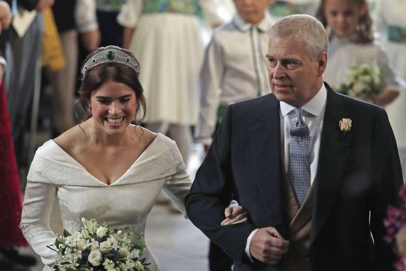 2018年10月12日,英國尤金妮公主(Princess Eugenie)下嫁酒商布魯克斯班克,由父安德魯王子牽進教堂(AP,美聯社)