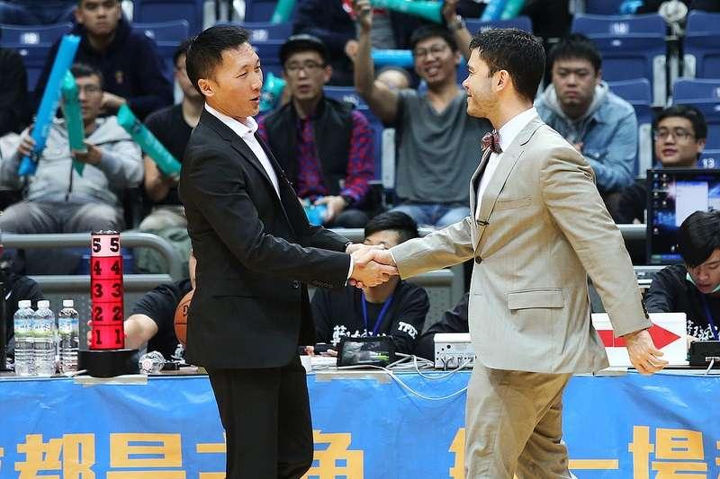 富邦勇士總教練許晉哲(左)在受訪時表示,目前球隊的兩名洋將都不是簽保障約,所以如果態度不佳或是表現達不到要求,很有可能會被撤換。 (圖/籃協提供)