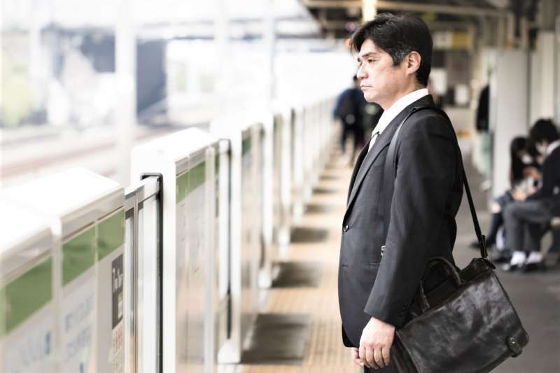 到了中年,歲數會成為你的心理負擔,企業不見得一定會因為年紀不要你,但你一定會因為年紀而變得膽怯。(圖/すしぱく@pakutaso)