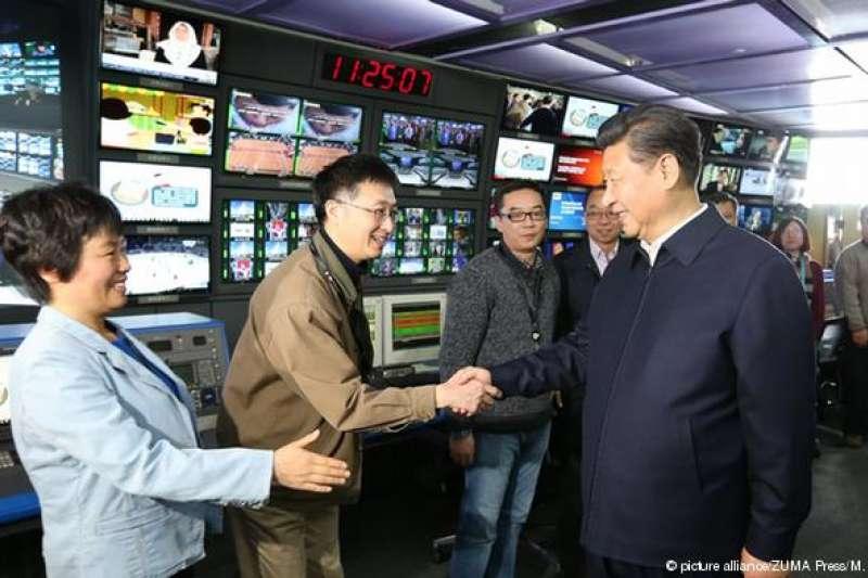 中國官媒中央電視台和新華社與人民日報都有「台灣頻道」或節目,不過這些被篩選呈現的內容與台灣主流民意差距甚遠。圖為中國國家主席習近平2016年訪問中央電視台畫面。(圖/德國之聲)