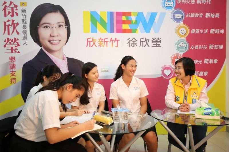 輪流提問的學生除想了解徐欣瑩踏入政壇的歷程,更想了解她如何施展抱負,發揮影響力。(圖/徐欣瑩辦公室提供)