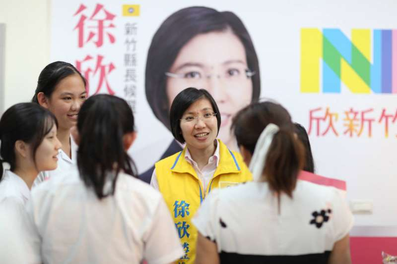 新竹女中學生聯訪新竹縣長候選人徐欣瑩,對她的學習及從政之路充滿好奇。(圖/徐欣瑩辦公室提供)
