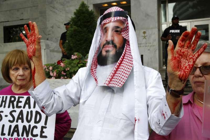 沙烏地阿拉伯記者哈紹吉(Jamal Khashoggi)2日起失蹤,抗議民眾頭戴沙國王儲面具,指控沙國王儲薩勒曼下令殺害哈紹吉。(AP)