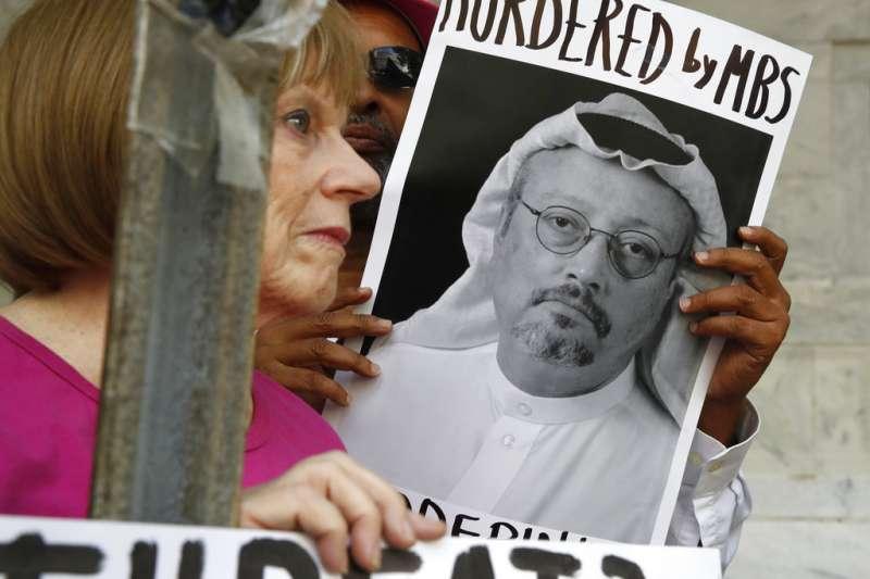 沙烏地阿拉伯記者哈紹吉(Jamal Khashoggi)2日起失蹤,抗議民眾指控沙國王儲穆罕默德下令殺害哈紹吉。(AP)