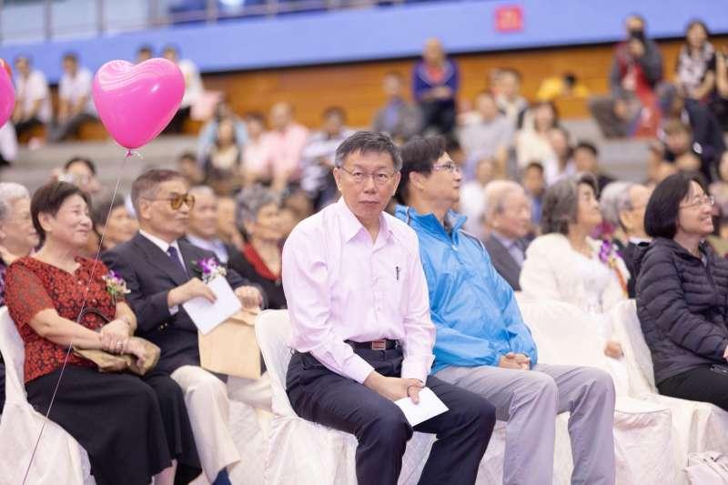 20181013-台北市長柯文哲出席金婚表揚活動,柯文哲是否會與國民黨高雄市長參選人韓國瑜於選前站台,柯文哲表示覺得很奇怪,要問這消息哪來的。(台北市政府提供)