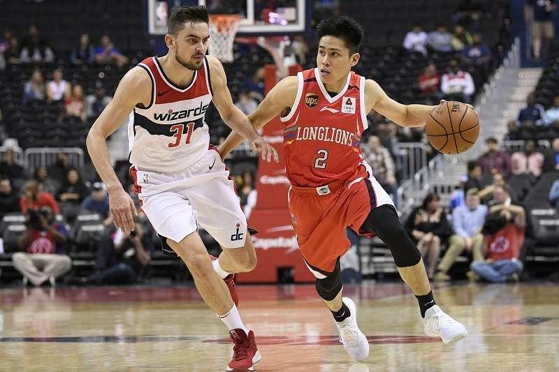 陳盈駿在NBA熱身賽代表廣州龍獅出戰,全場22分鐘繳出9分、3籃板、2助攻、2抄截的成績。 (美聯社)