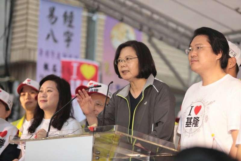 總統暨民主進步黨主席蔡英文(中)14日出席基隆市長候選人林右昌(右)競選總部成立大會。(民進黨中央提供)