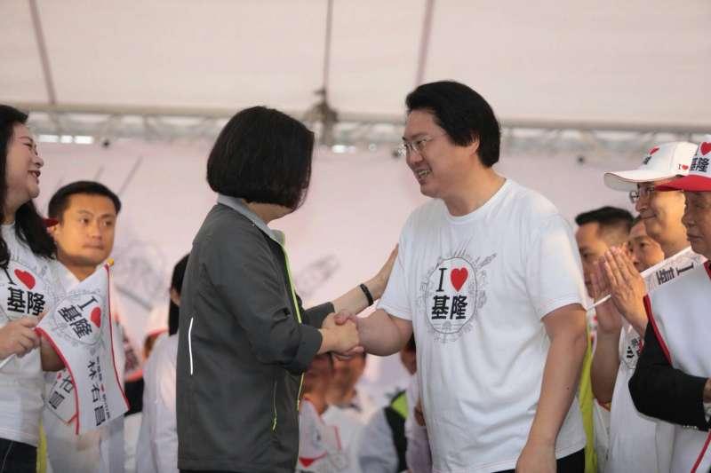 20181014-總統暨民主進步黨主席蔡英文(左)14日出席基隆市長候選人林右昌(右)競選總部成立大會。(民進黨中央提供)