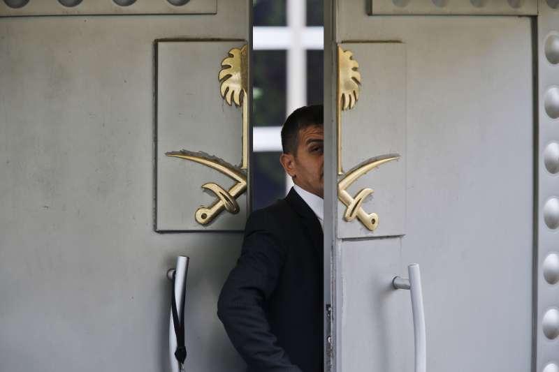 沙烏地阿拉伯知名記者哈紹吉人間蒸發,疑是沙烏地王儲下令殺害。圖為沙烏地駐伊斯坦堡總領事館的安全人員進入館內(AP)