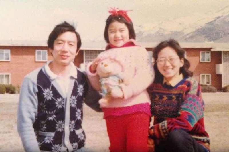 小時候的溫麟衍與父母合照。(截圖自 Planned Parenthood YouTube)
