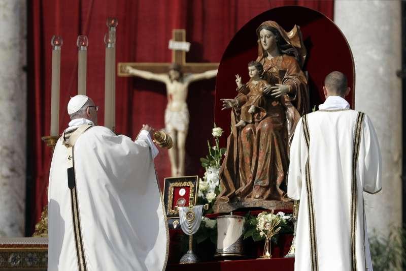 梵蒂岡最近頻頻對中國釋出善意。圖為教宗方濟各主持封聖大典(AP)