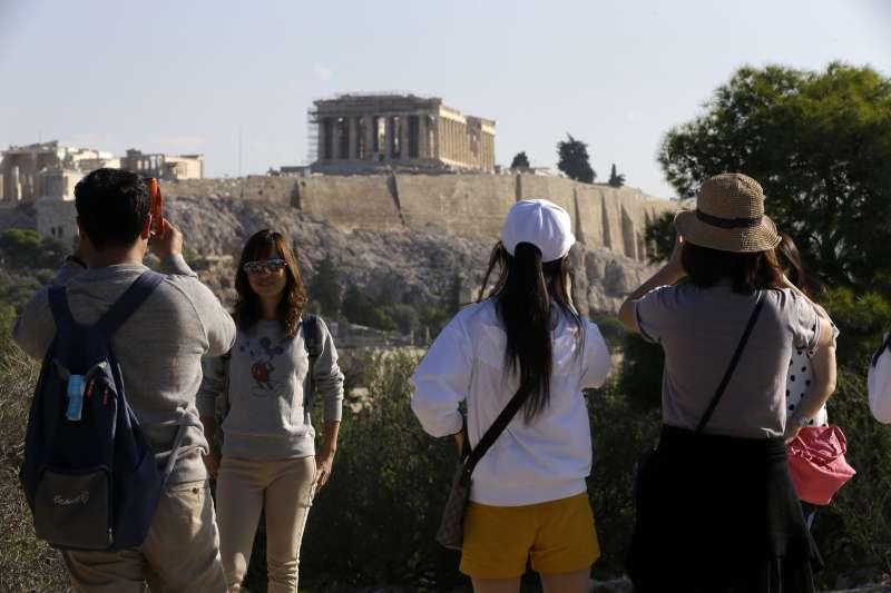 國人出國旅遊屢創新高,却無法刺激國人在國內旅遊。圖為台灣觀光客在希臘(AP)