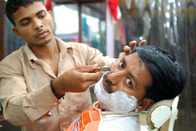 古歐洲醫師認為放血工作是下等人做的事,不肯自己動手,因而委託理髮師代勞,於是理髮師就成了業餘的外科醫師。(harshul6@pixabay)