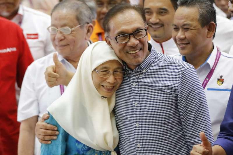 2018年10之13日,馬來西亞前副總理安華(Anwar Ibrahim)壓倒性贏得國會議員補選,與妻子相擁(AP)