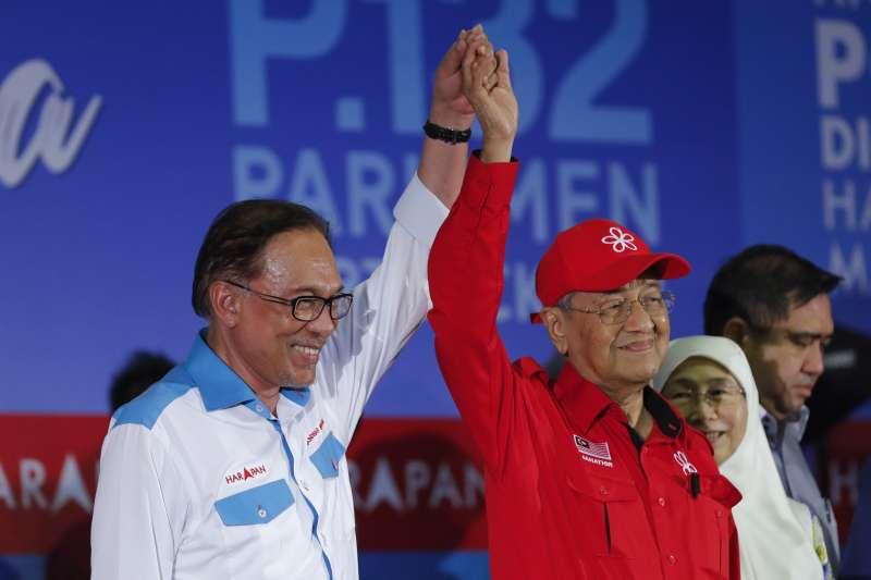 2018年10之13日,馬來西亞前副總理安華(Anwar Ibrahim,左)贏得國會議員補選,未來有可能接下馬哈地(Mahathir Mohamad,右)的總理寶座(AP)