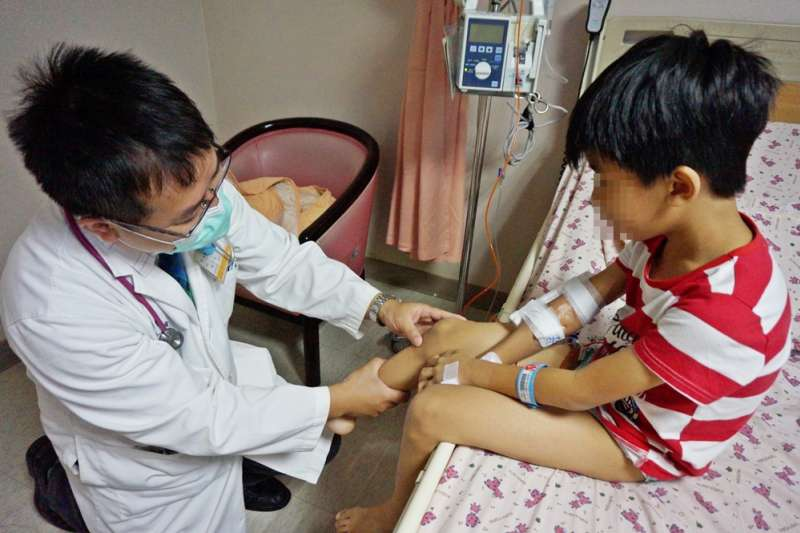 新竹馬偕醫院小兒科醫師林千裕細心檢視小病患病情。(圖/新竹馬偕醫院提供)