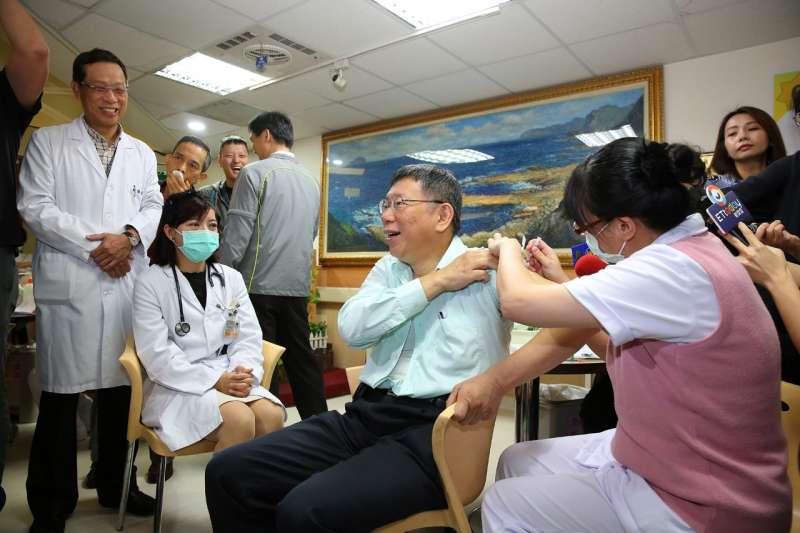 台北市長柯文哲(中)赴往北市仁愛醫院施打流感疫苗,更呼籲設籍於台北市且年滿65以上的長者,若還沒施打肺炎鏈球菌疫苗,在接種流感疫苗時,也順便打一針肺炎鏈球菌疫苗。(取自北市府官網)