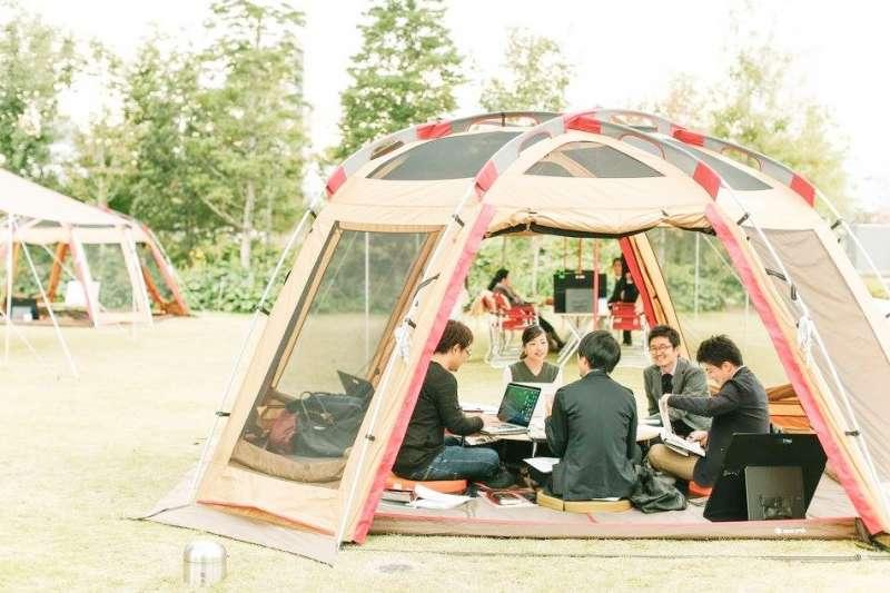 在日本露營、卡拉OK辦公正夯?(圖/株式会社スノーピークビジネスソリューションズ@facebook)