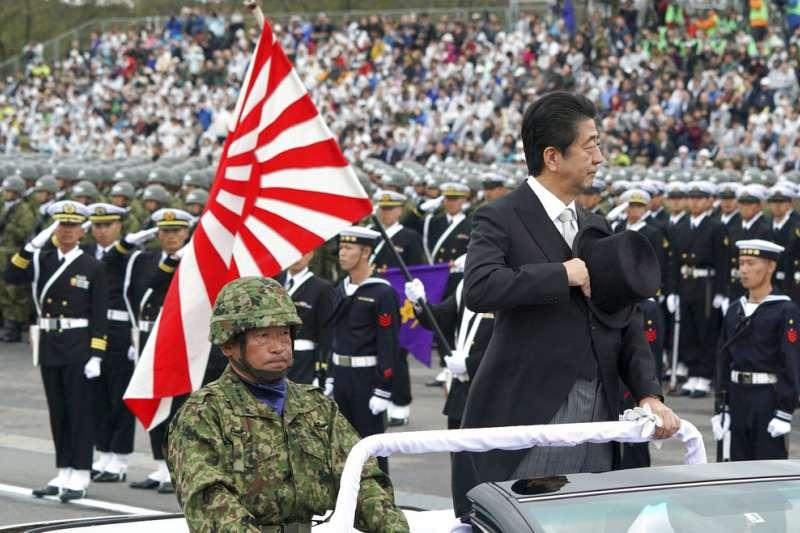 安倍晉三(右)要通過修憲,將日本自衛隊正式升格為日本軍隊。(美聯社)
