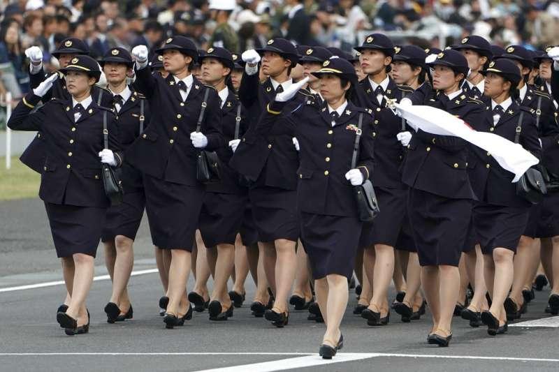 今年日本陸上自衛隊的觀閱式共有4千名自衛隊員參與。(美聯社)