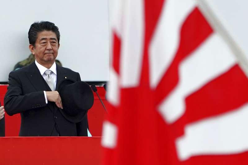 日本首相安倍晉三14日出席陸上自衛隊所實施的觀閱式。(美聯社)