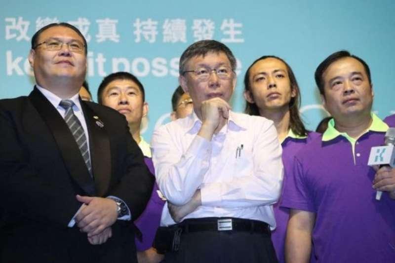 從選前就力挺台北市長柯文哲的台北市家長會長團體聯盟總會長謝俊洲(右一),近日被爆料關說。(取自謝俊洲臉書)