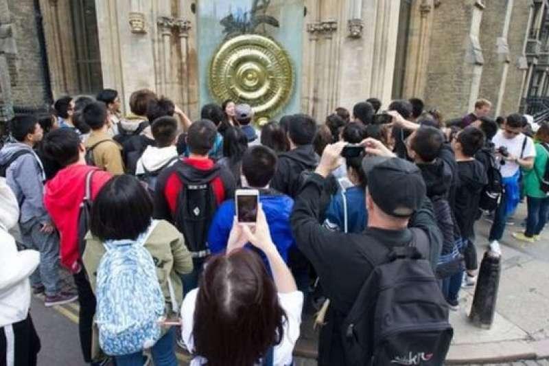 """劍橋官方旅遊管理服務機構""""訪問劍橋""""說,正在考慮出台限制中國遊客數量的措施,比如規定一個旅遊團人數的上限,以及協調不同旅遊團的旅行線路,避免蜂擁一處等。(BBC中文網)"""