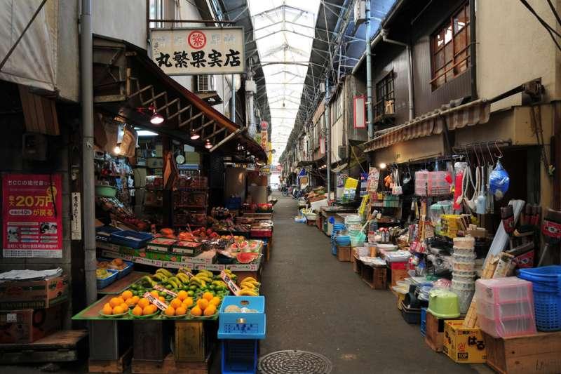 災後的北海道,民眾物資不充足的情況下在商店內規矩排隊,只購買所需物品,不囤積,讓每個人都可以享受僅有的資源。(示意圖/m-louis@flickr)