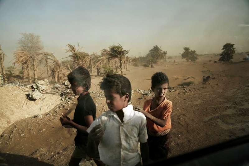 聯軍猛攻葉門西部荷台達港,聯合國警告,葉門1200萬人恐陷入饑荒。(AP)