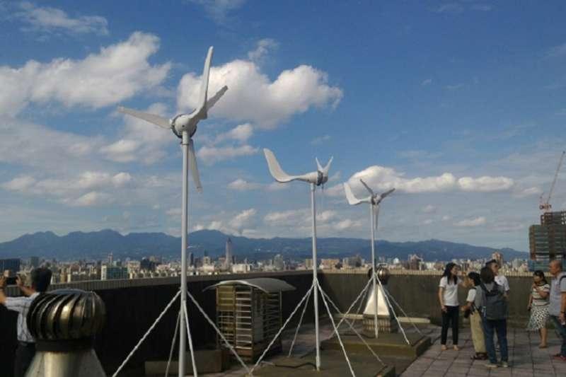 立法院院會今(12)天三讀通過《再生能源發展條例》修正案,明定2025年再生能源發電設備推廣目標總量達到2700萬瓩以上。(圖為新北市波爾社區,台綠盟提供)
