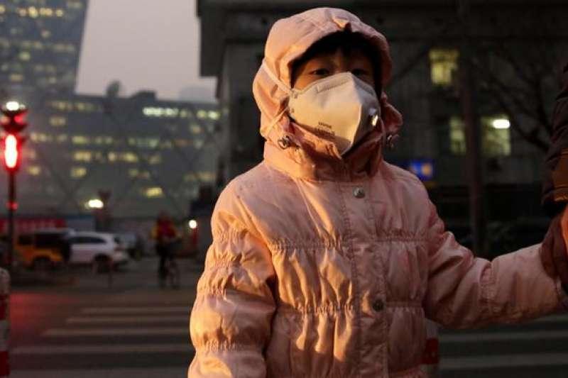 北京冬季霧霾再起,大家彼此問候:「出門記著帶口罩。」(圖/德國之聲)