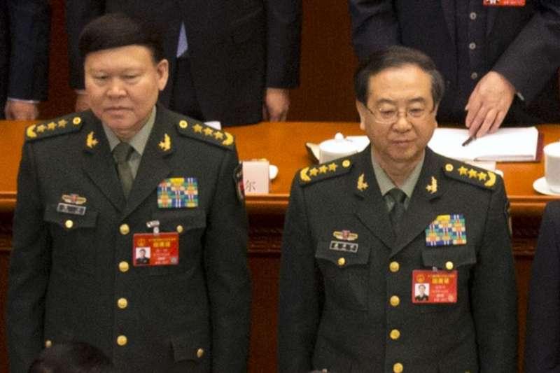 中共中央軍委政治工作部主任張陽(左)與中共中央軍委聯合參謀部參謀長房峰輝在北京人大會堂參加全國人大會議開幕式。(美聯社)